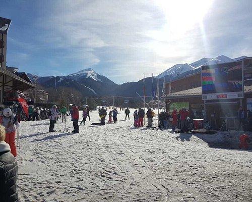 Μαγαζί με τέλεια θέα είναι ακριβώς έξω από το χιονοδρομικό ... Ωραίος χορός ότι πρέπει για μια μ
