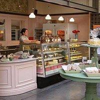 Loja e restaurante com um visual encantador.