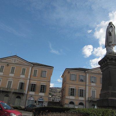 Statua che raffigura Cristoforo Colombo nella piazza principale a Bettola (PC).