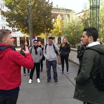The guide is beginning his tour from Aarhus Theater.