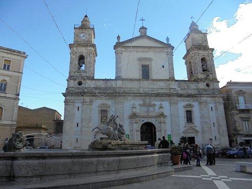 La cattedrale che si affaccia sulla piazza