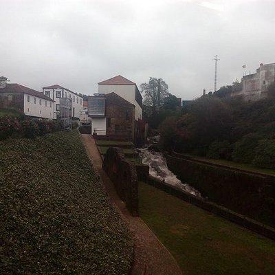 Espaço entre os 2 edifícios do museu, com o riacho sempre a acompanhar