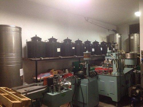 Il vecchio alambicco e la macchina imbottigliatrice