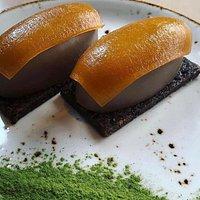 Atún con tofona y llena de huevo, niguiris de crema y chocolate, rolls con un toque de pimiento.