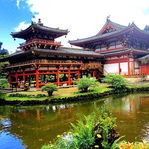 Este templo ubicado en las afueras de Honolulu al que solo se puede acceder en carro privado, he
