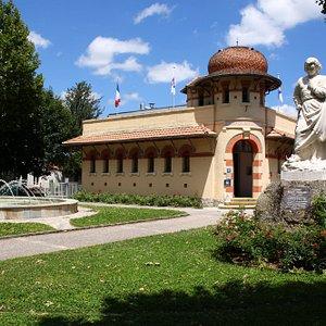 L'Office de Tourisme des Pyrénées Audoises se situe dans les anciens bains douches de la ville