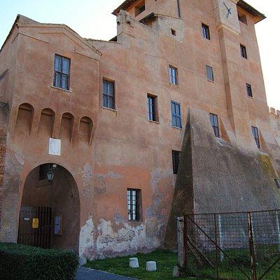 Il possente castello del Borgo, sul lato ovest