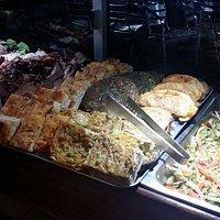 Variedad de carnes, minutas, ensaladas.