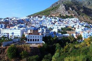 شفشاون هي مدينة مغربية توجد بشمال المغرب وهي معروفة بجمال لونها الأزرق والأبيض الي يكثل لون السم
