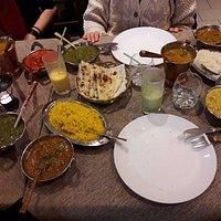 salsa di spinaci, salsa di lenticchie, riso basmati con cumino e curry, focaccia con formaggio,