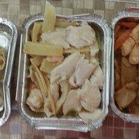 Da sinsistra destra: ravioli ai gamberi, pollo con gamberi e bambù, gnocchi di riso