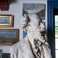 Buste af digteren og maleren Holger Drachmann (1846-1908) i atelieret i Drachmanns Hus.