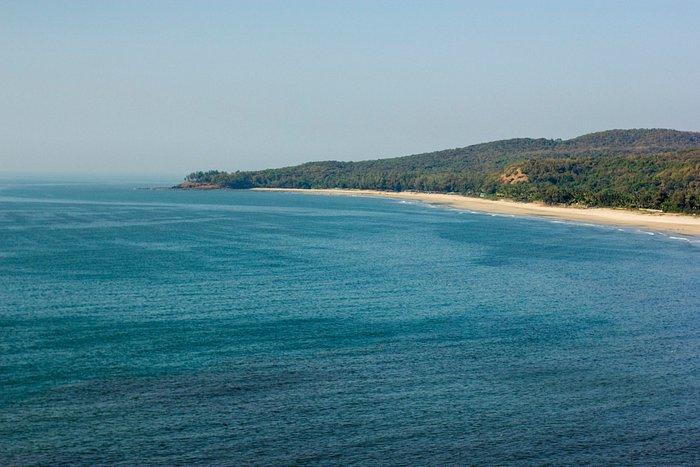 невероятно длинный пустынный пляж