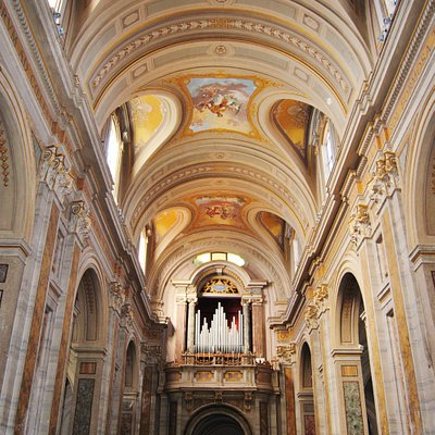 La navata centrale vista dall'altare maggiore, sul fondo l'organo