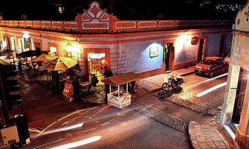 La activa y diversa vida nocturna en San Cristóbal de las Casas. Fotografía en Andador de Guadal