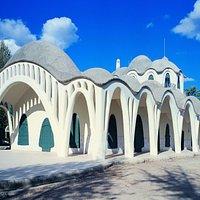 La Masía Freixa, edificio de inspiración gaudiniana situado en medio del Parque de Sant Jordi