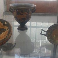 vasi con soggetto alato e nature di pescato
