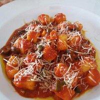 Ñoqui con salsa mediterránea