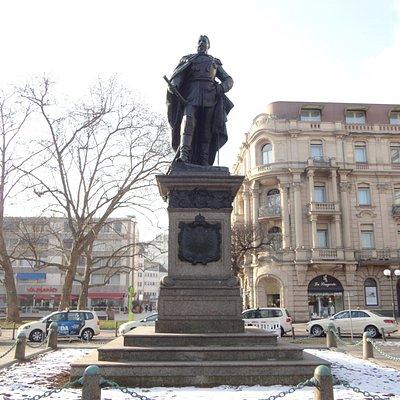 堂々と付近を睥睨するカイザー・フリードリッヒの銅像