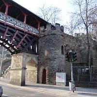ローマ時代の石造りの塔と城壁の一部が残っています