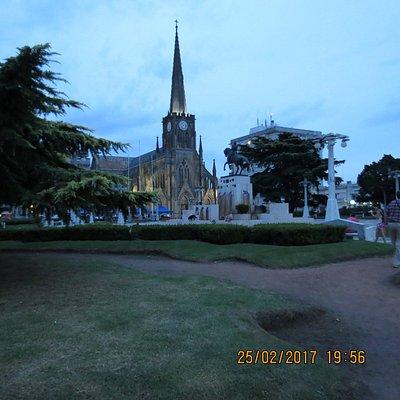 La iglesia y las luminarias de la plaza