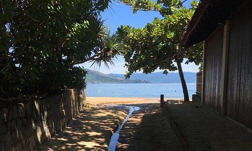 Entrada da praia por um condomínio de casas. Linda vista que me traz muitas saudades do lugar.