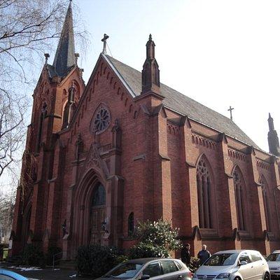 住宅地にある、赤いレンガ造りの教会です
