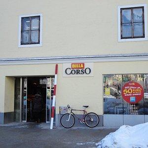 店頭に自転車を止めている人もいます