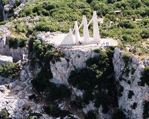 Τὸ ὄρος τοῦ Ζαλόγγου ὃπου βρίσκεται τὸ έπιβλητικὸ μνημεῖο τῆς θυσίας τῶν Σουλιωτισσῶν.