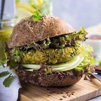 Green burger di falafel con salsa di yogurt, cetriolo, menta e peperoncino