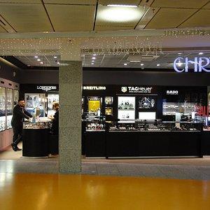 国際空港には、宝飾や高級時計の店は欠かせません。