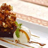 brownie de chocolate brasileiro 70%, sorvete de tapioca e calda de caramelo salgada . Hein????