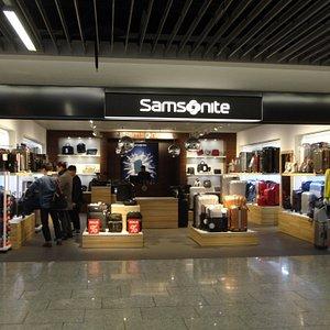 サムソナイトの製品が揃った、空港内のショップです