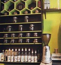 Яркая стенка кофейни