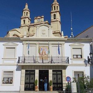 Rathaus mit Ortskirche
