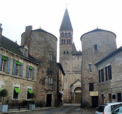 Facade et tours de l'ancienne enceinte (r. Thibaudet)