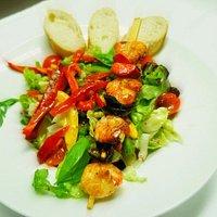 Salat mit Garnelenspieß