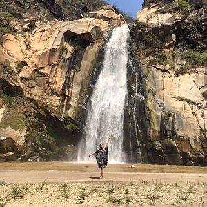 Vista frontal hacia la cascada, con un tiro de más de 50 metros. Es posible nadar lejos de la ca