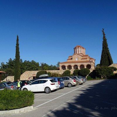Έξω από το Μοναστήρι