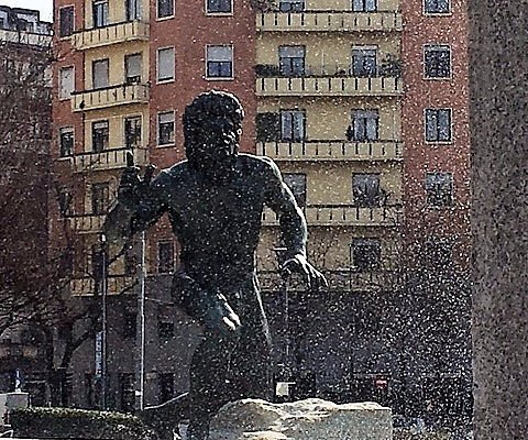 Milano, Piazza Grandi: Fontana-Monumento a Giuseppe Grandi