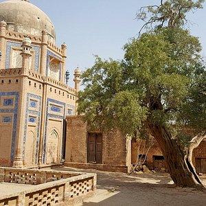 Abbasi Royal Graveyard, smaller tombs