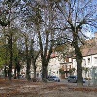 La place Courbet, au centre de la vieille ville d'Ornans.