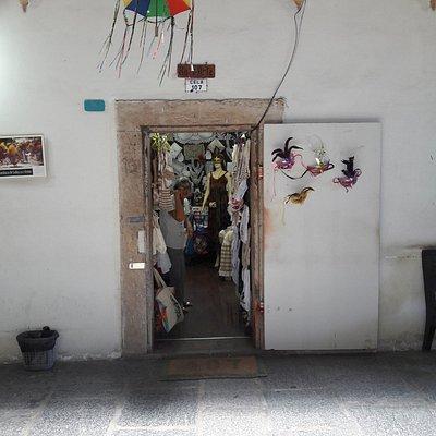 Antigas celas agora transformadas em lojas de artesanato