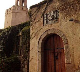 Edificio de la Galera, en el interior de los jardines de La Galera. Luce el escudo más antiguo.