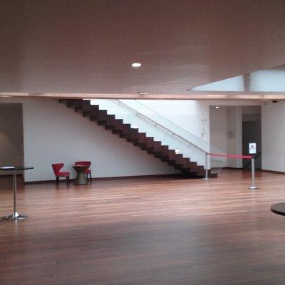 Hall d'accueil,  ascenseurs et jardin intérieur
