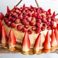 torta fragole e fragoline con crema chantilly