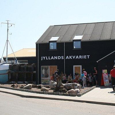 JyllandsAkvariet indgang med fiskekutter, som man kan lege på, i baggrunden.