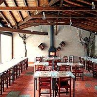 Restaurante interior viendo la chimenea