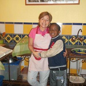 La anfitriona con uno de los niños del grupo familiar.