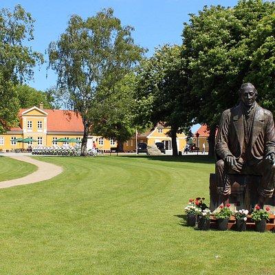 H.C.Andersen Golf, med statur af H.C.Andersen foran hovedbygningen.